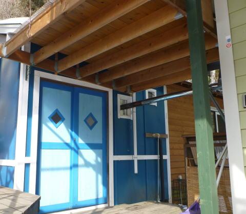 家と小屋の間にある便利な屋根